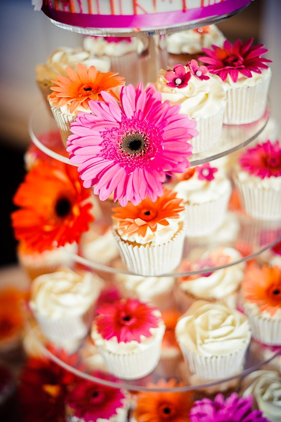 Wedding cupcakes with pink and orange flowers - Martins Kikulis Photography