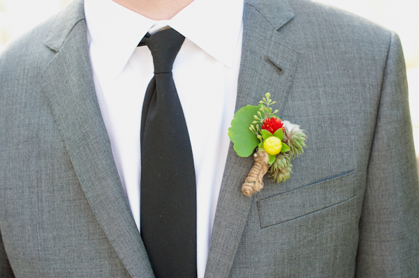 Buttonhole on groom's suit - Picture by Rojo Foto Design