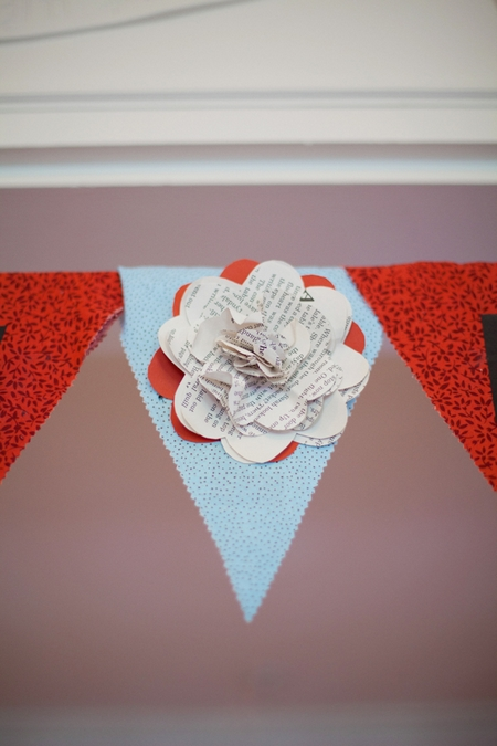 Paper flower on bunting - Picture by Rojo Foto Design