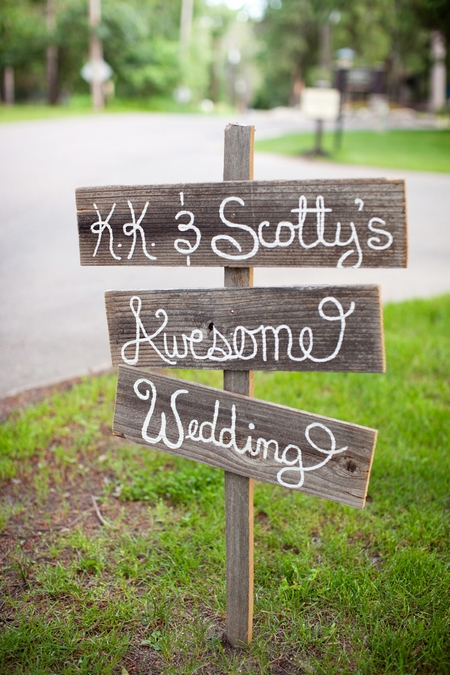 Wooden wedding sign - Picture by Laura Ivanova Photography