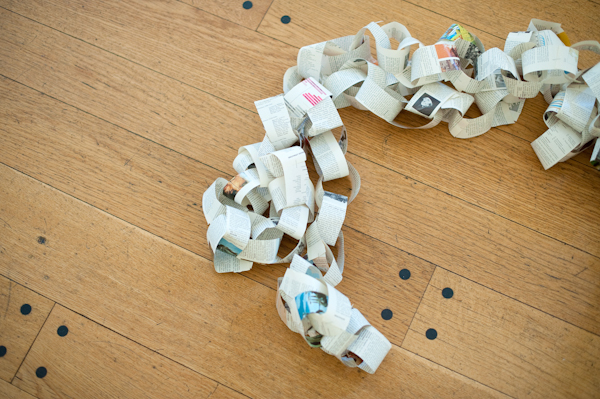 Paper chain wedding decoration - Picture by Rojo Foto Design