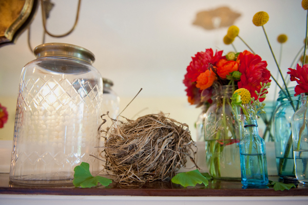 Jar and flowers on shelf - Picture by Rojo Foto Design