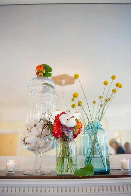 Jars of wedding flowers - Picture by Rojo Foto Design