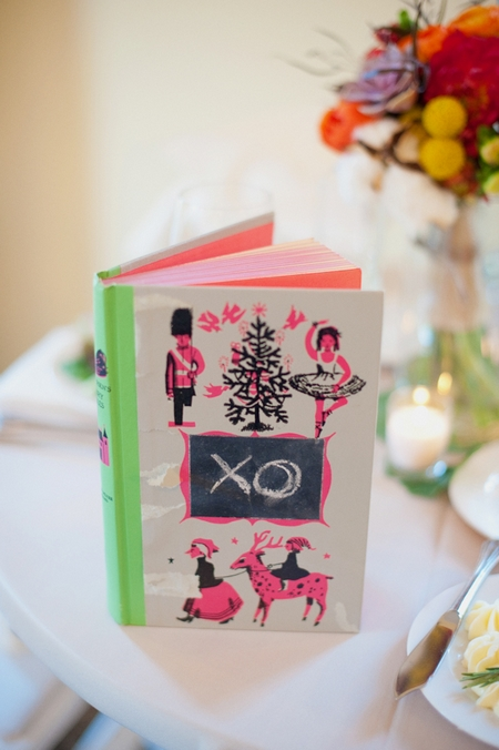 Close-up of book on wedding table - Picture by Rojo Foto Design
