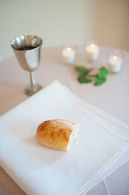 Roll, white napkin and silver goblet - Picture by Rojo Foto Design