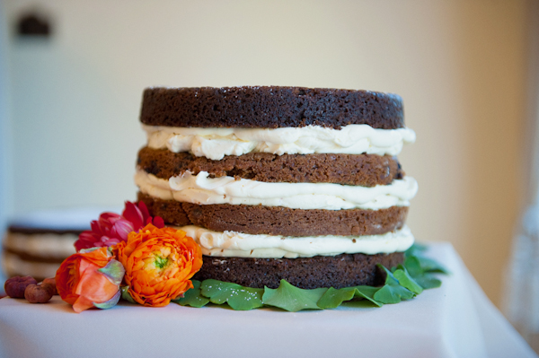 Layered sponge wedding cake - Picture by Rojo Foto Design
