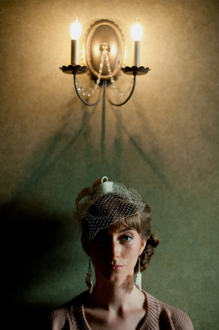 Bride standing in front of wall light - Picture by Rojo Foto Design