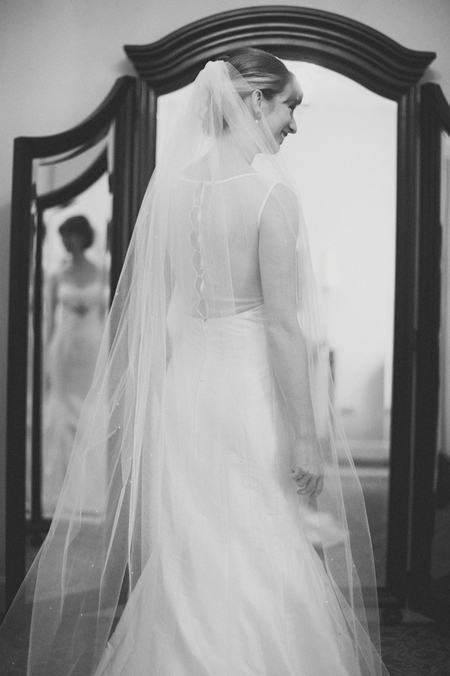 Bride standing in front of a mirror - Picture by Rojo Foto Design