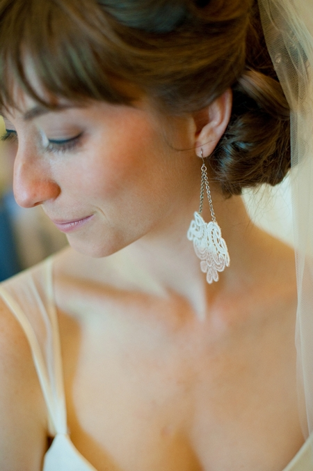 Bride wearing earrings - Picture by Rojo Foto Design