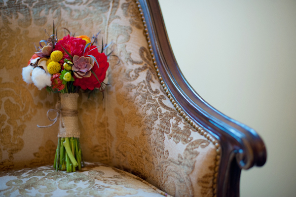 Bridal bouquet on chair - Picture by Rojo Foto Design