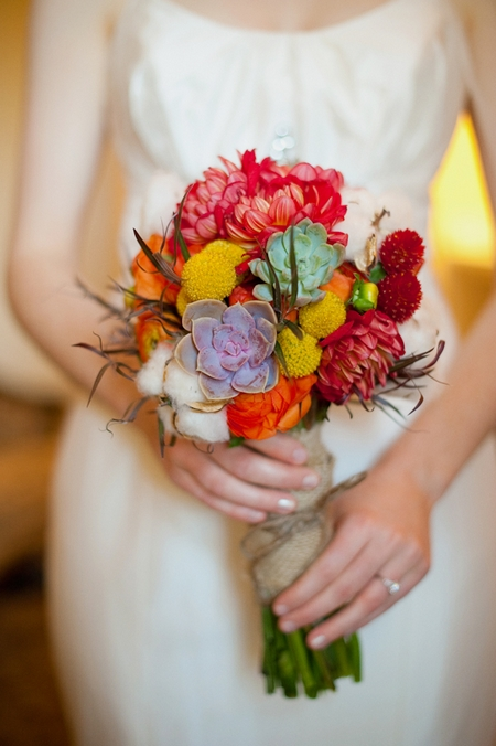 Bride holding colourful bouquet - Picture by Rojo Foto Design