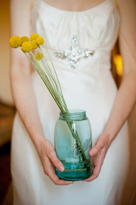 Bride holding jar with flowers - Picture by Rojo Foto Design