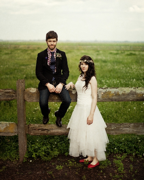 Groom sitting on fence - Picture by Jonas Peterson Photography