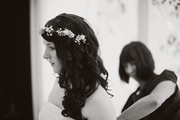 Bride wearing flower headband - Picture by Jonas Peterson Photography