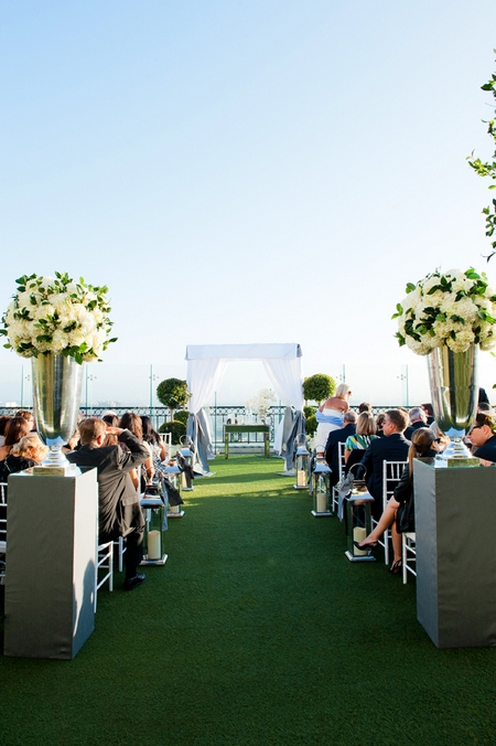 Wedding ceremony at The London Hotel in California - Picture by Yvette Roman Photography
