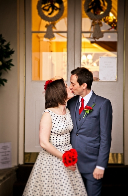 Bride and groom kissing - Picture by Anneli Marinovich Photography