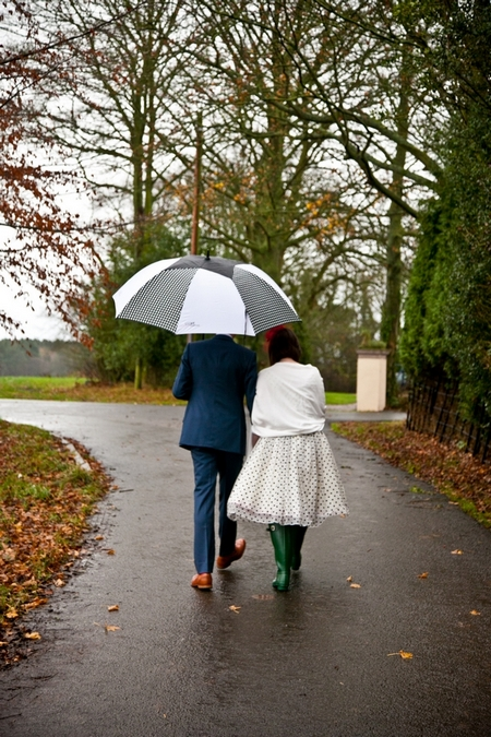 Bride and groom walking in the rain - Picture by Anneli Marinovich Photography