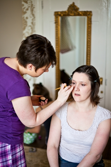 Bride having eyeliner applied - Picture by Anneli Marinovich Photography