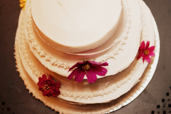 Wedding cake with flowers - Picture by Judy Pak Photography