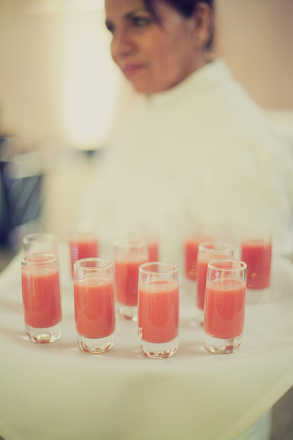 Shot of wedding drinks on tray - Picture by onelove photography