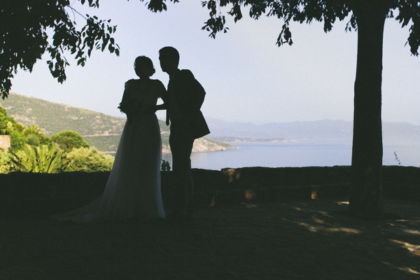 Silhouettes of bride and groom under tree - Picture by DanielRM