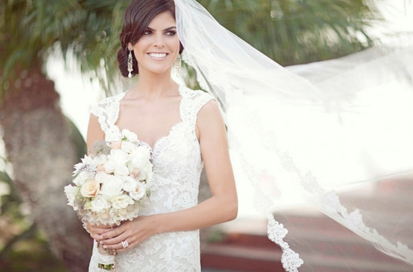 Bride with long veil and lace wedding dress - Picture by Joielala