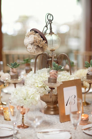 Elegant wedding table centre with table number - Picture by Joielala