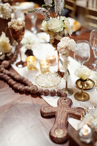 Cross on wedding table - Picture by Joielala