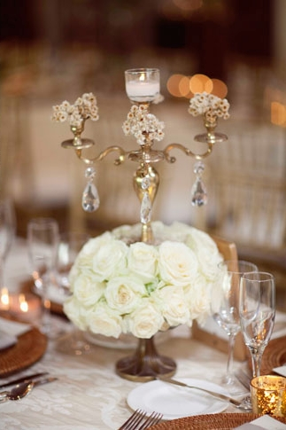 Roses and candle holder on wedding table - Picture by Joielala