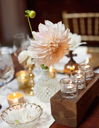 Large flower on wedding table - Picture by Joielala