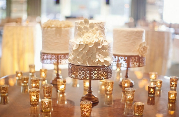 Wedding cakes surrounded by tealights - Picture by Joielala