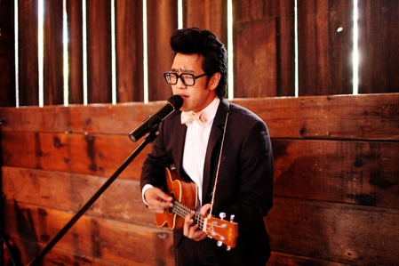 Ukulele player singing at wedding - Picture by Kate Harrison Photography