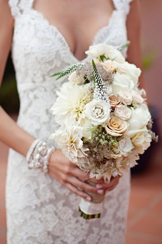 Bride holding bouquet - Picture by Joielala
