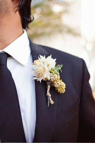 Buttonhole on groom's jacket - Picture by Joielala