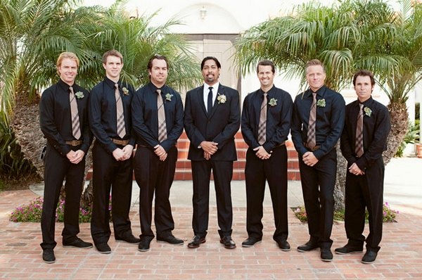 Line of groomsmen wearing black shirts - Picture by Joielala