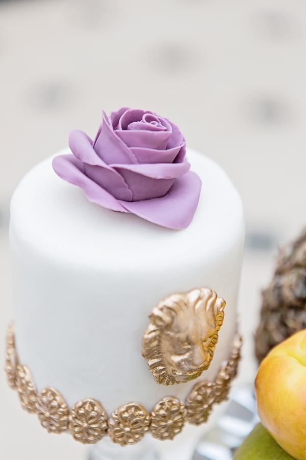 Purple sugar rose on cake
