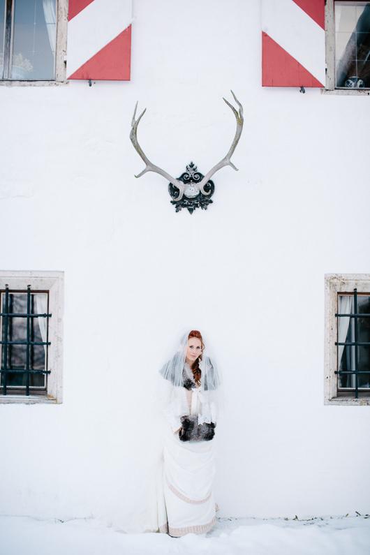 Bride in front of Schloss Münichau in snow