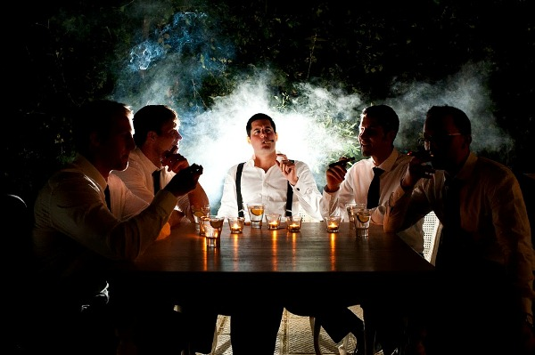 Groomsmen sitting smoking cigars - Picture by Magnus Bogucki