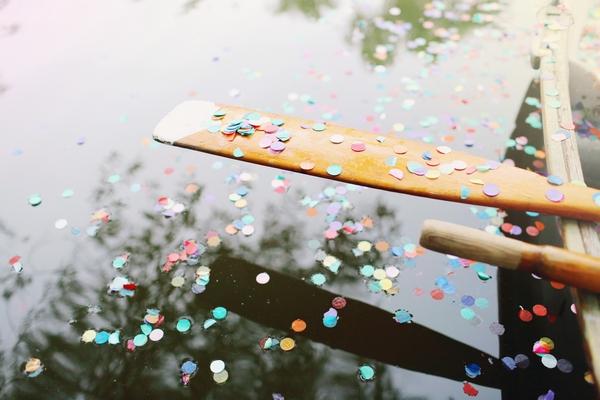 Confetti on rowing boat oar