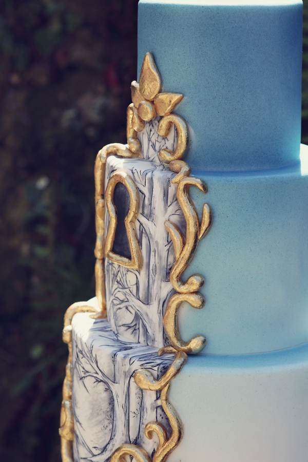 Keyhole on wedding cake