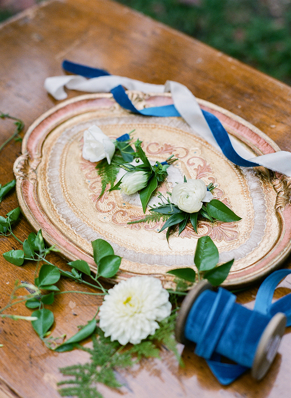 Oval plate with flowers
