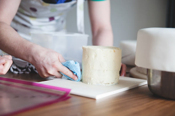 Preparing cake for icing