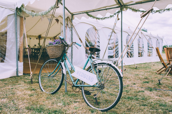 Vintage bicycle with wedding sign
