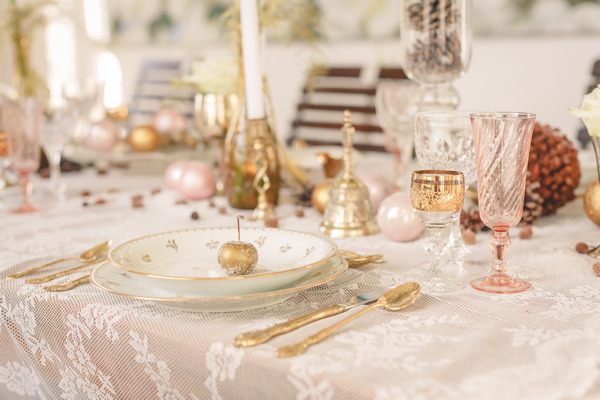 Elegant wedding table setting with gold detail