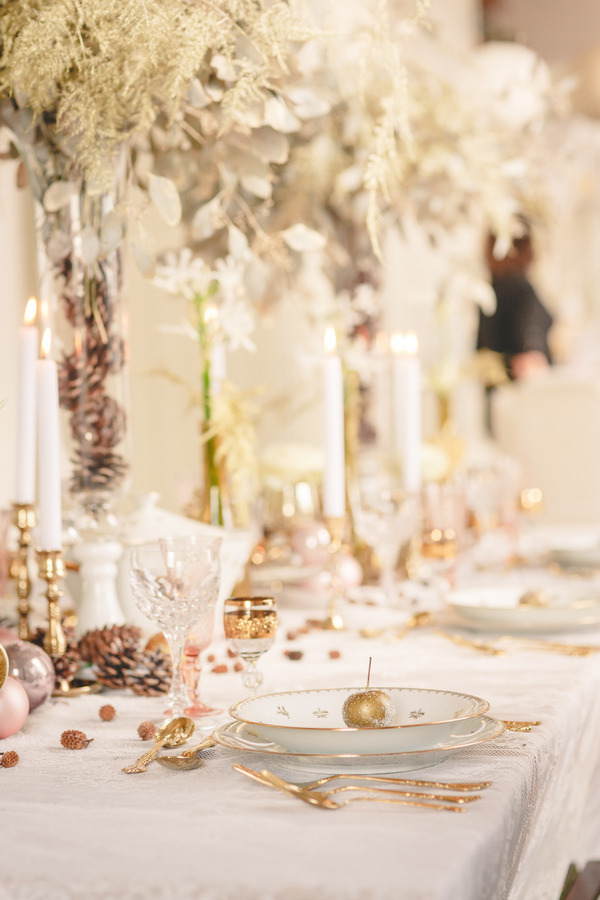 Wedding place setting with gold apple