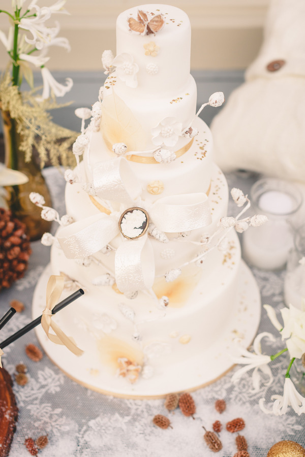 Elegant wedding cake with gold details