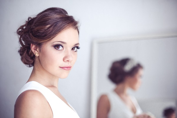 Bride with defined eyes and elegant make-up