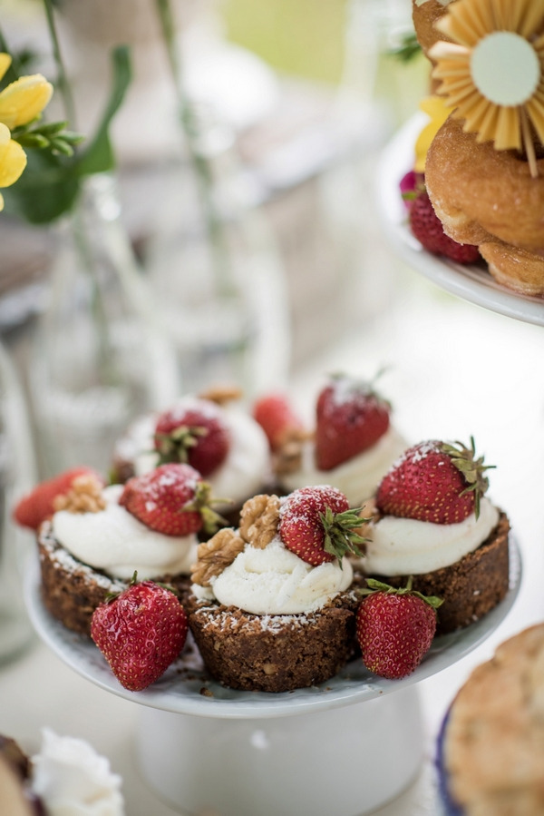 Small cakes with strawberries