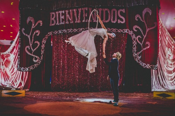 Groom holding hands with bride on trapeze - Picture by Monicamunozi - WildBrides