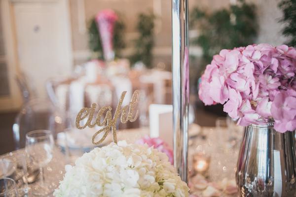 Metallic details on wedding table